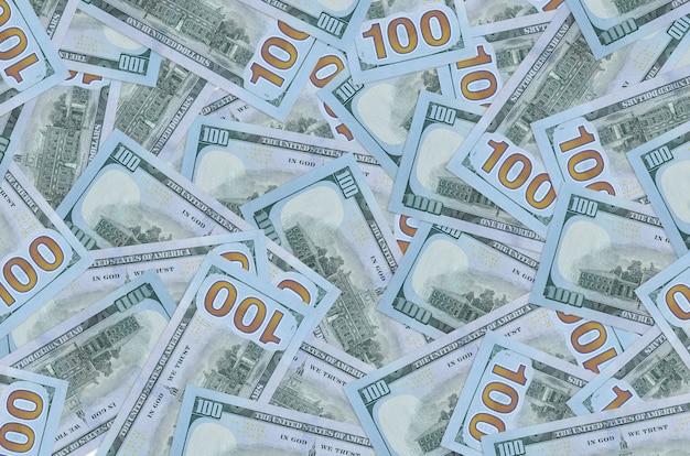 Banconote da 100 dollari usa si trovano in una grande pila. sfondo concettuale di vita ricca. grande quantità di denaro