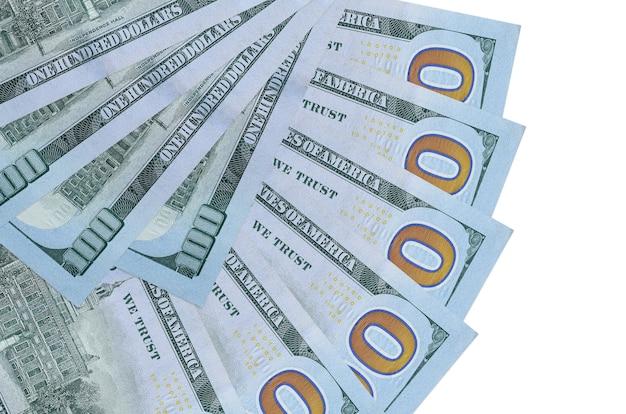 100 banconote in dollari usa si trovano isolati impilati a forma di ventaglio vicino. concetto di transazioni finanziarie