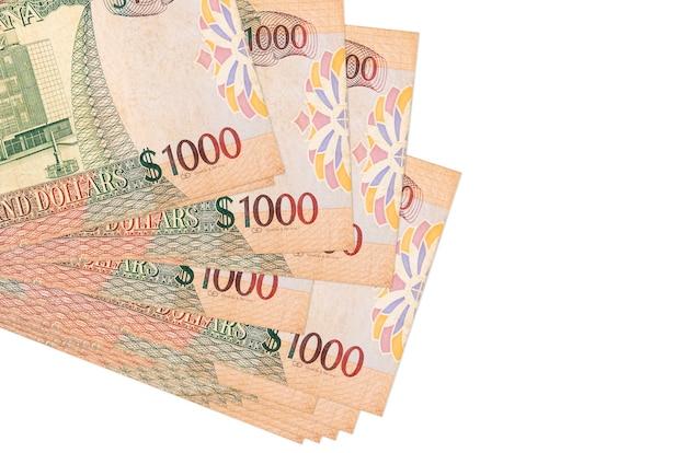 Le banconote da 1000 dollari della guyana si trovano in un piccolo mazzo o pacco isolato. concetto di cambio valuta e affari