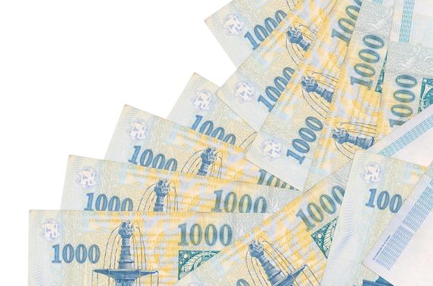 1000 banconote in fiorini ungheresi si trovano in un ordine diverso isolato su bianco. attività bancarie locali o concetto di fare soldi.
