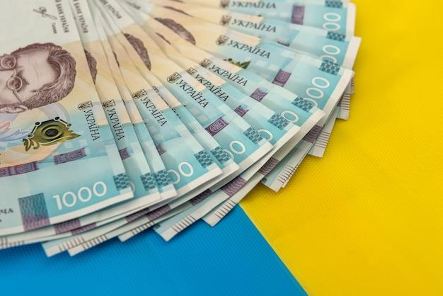 1000 nuove banconote dell'ucraina su sfondo blu giallo. risparmia e denaro cocncept. soldi ucraini.