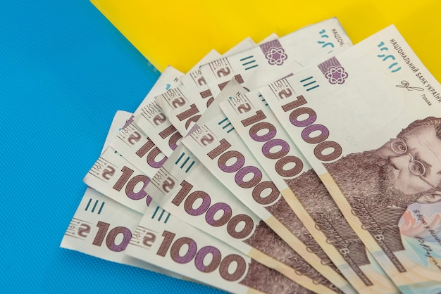 1000 nuove banconote dell'ucraina su giallo blu