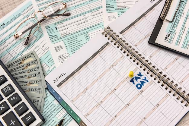 1040 modulo fiscale con denaro e calcolatrice. concetto fiscale.