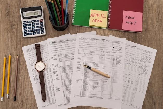 Modulo fiscale 1040 con orologio sul tavolo