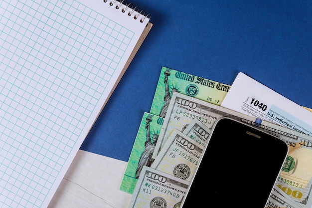 Modulo di dichiarazione dei redditi individuali 1040 usa con denaro e cellulare usa