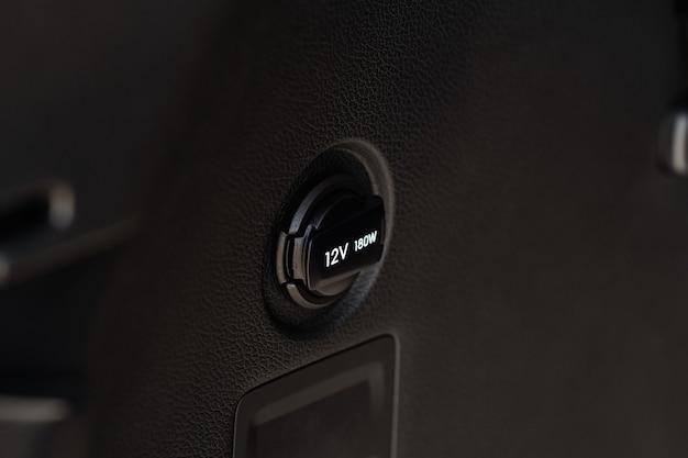 Presa di corrente da 12v in auto. presa di corrente in un'auto.