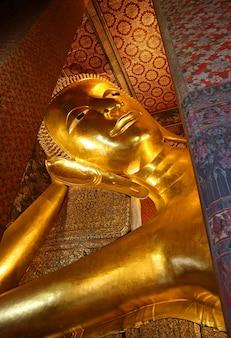15 metri di altezza gigantesca immagine del buddha disteso del tempio di wat pho bangkok thailandia