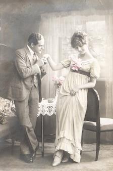 1921 germania, vecchia foto di una giovane coppia romantica di donna e uomo che le baciano la mano