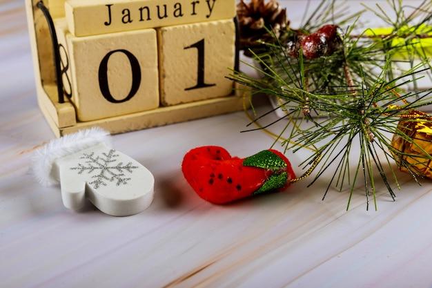 1 ° gennaio calendario con accessori sulla scrivania dello spazio di lavoro aziendale