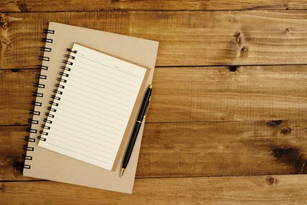 2 libri in attesa di prendere appunti con 1 penna