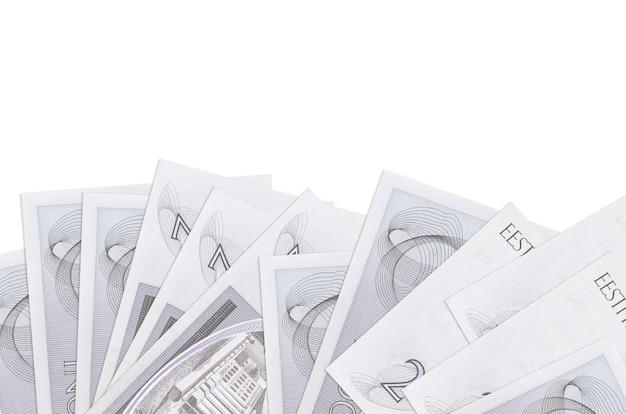 2 banconote in corone estoni si trovano sul lato inferiore dello schermo isolato su una parete bianca con spazio di copia.
