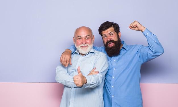 2 generazione. relazioni. vecchio papà e figlio giovane. vecchio e giovane. vecchio papà e figlio adulto. uomo barbuto. due uomini barbuti.