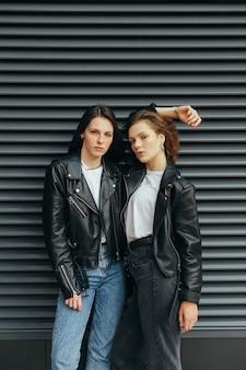 2 ragazze in abiti casual alla moda in posa
