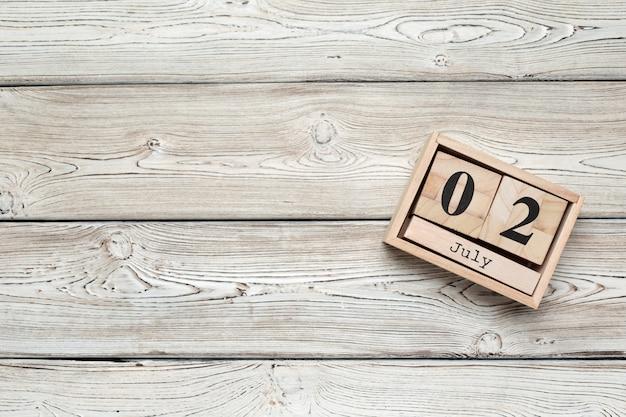 2 luglio in legno, calendario quadrato. viaggio d'affari o pianificazione delle vacanze