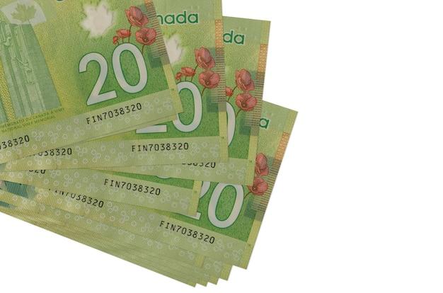 20 dollari canadesi fatture si trovano in un piccolo mazzo o pacchetto isolato su bianco. concetto di cambio valuta e affari