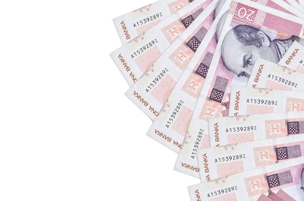 20 kuna croata fatture si trova isolato sul muro bianco con copia spazio. parete concettuale di vita ricca. grande quantità di ricchezza in valuta nazionale