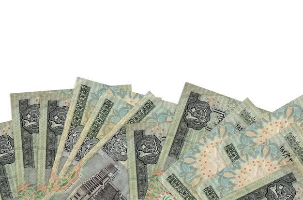 20 banconote in sterline egiziane si trovano sul lato inferiore dello schermo isolato sul muro bianco con spazio di copia.