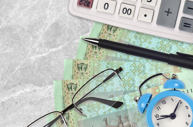 20 grivnie ucraine e calcolatrice con occhiali e penna