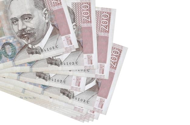 200 banconote in kune croate si trovano in un piccolo mazzo o pacco isolato su bianco. concetto di cambio valuta e affari