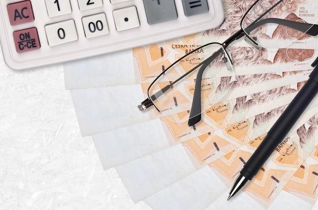 Ventilatore e calcolatrice da 200 corone ceche con occhiali e penna. prestito aziendale o concetto di stagione di pagamento delle tasse. progetto finanziario