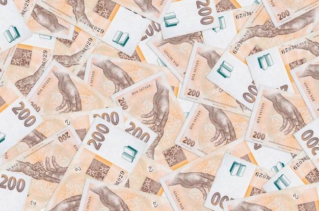 200 banconote in corone ceche si trovano in una grande pila. grande quantità di denaro