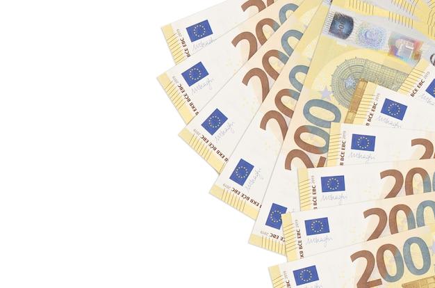 Le fatture di 200 euro si trovano isolate sul muro bianco con lo spazio della copia. parete concettuale di vita ricca. grande quantità di ricchezza in valuta nazionale