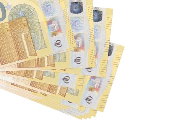 Le banconote da 200 euro si trovano in un piccolo mazzo o pacchetto isolato su bianco. concetto di cambio valuta e affari