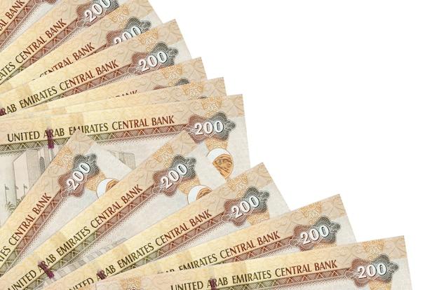 200 banconote dirham degli emirati arabi uniti si trova isolato su sfondo bianco con spazio di copia impilato nella fine del ventilatore