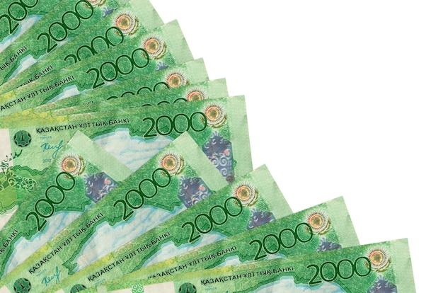 2000 bollette tenge kazako si trova isolato su sfondo bianco con spazio di copia accatastato nella fine del ventilatore