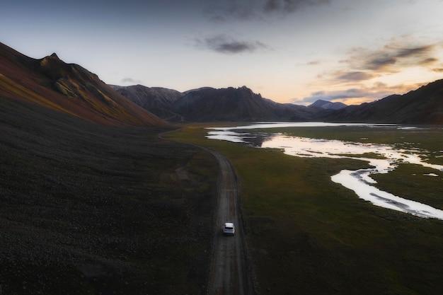 2019, islanda, white landrover guida su una strada di sabbia polverosa