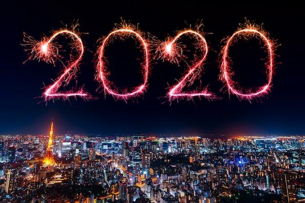 2020 fuochi d'artificio di felice anno nuovo sul paesaggio urbano di tokyo di notte, in giappone