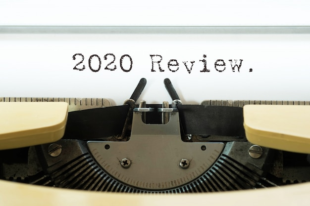 2020 recensione parola scritta su una macchina da scrivere vintage gialla.
