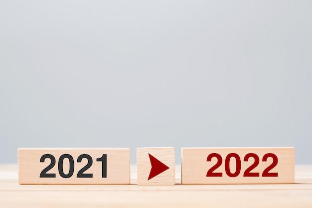2021 e 2022 blocco di legno sullo sfondo del tavolo. risoluzione, strategia, conto alla rovescia, obiettivo, cambiamento e concetti di vacanza di capodanno new