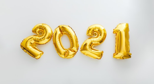 Testo del fumetto 2021 su bianco. felice anno nuovo invito vigilia con palloncini natalizi in lamina d'oro 2021.