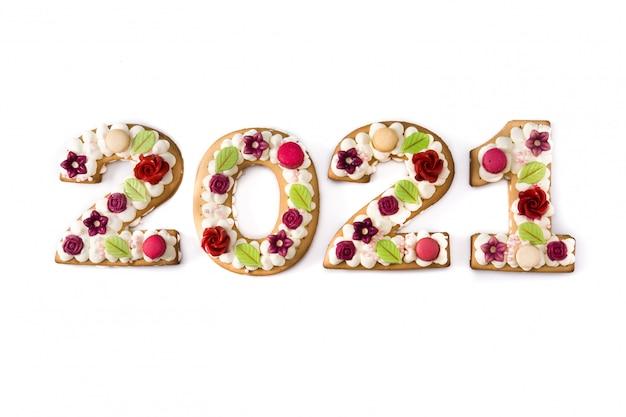 Torta 2021 e ornamenti isolati su priorità bassa bianca. concetto di nuovo anno.