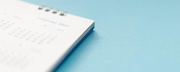Pagina del calendario 2021 su sfondo blu concetto di riunione appuntamento di pianificazione aziendale