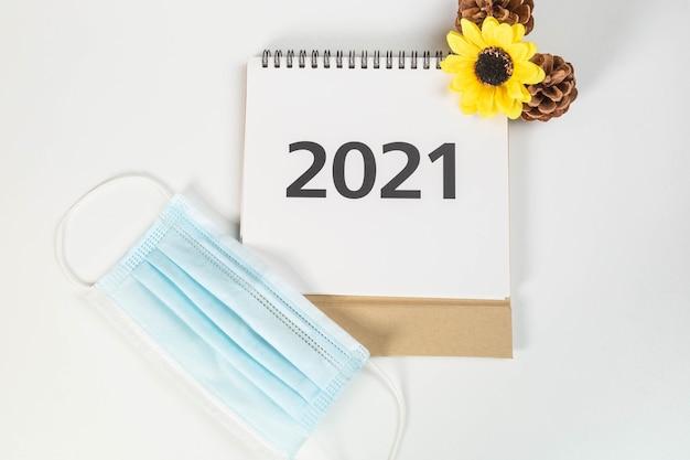 Calendario 2021 con mascherina chirurgica e decorazioni autunnali