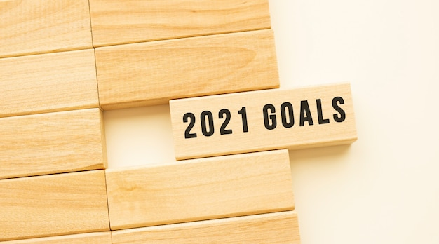 Testo obiettivi 2021 su una striscia di legno adagiata su un tavolo bianco