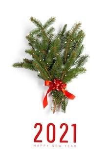 Buone vacanze 2021. ramo di abete rosso. decorazione di aghi di pino albero di natale con nastro rosso