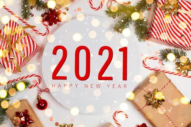 2021 felice anno nuovo e composizione orizzontale di natale con decorazioni natalizie
