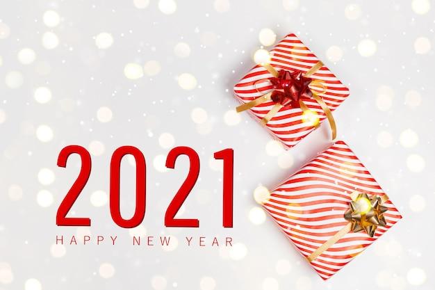 2021 felice anno nuovo e composizione orizzontale di natale con confezione regalo di natale