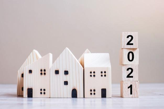 Felice anno nuovo 2021 con modello di casa sul tavolo