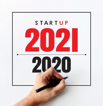 Anno nuovo 2021 e concetto di business. imprenditore scrivendo uno sfondo del piano aziendale