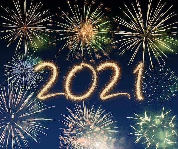 Fuochi d'artificio di capodanno 2021, buone vacanze e concetto di nuovo anno