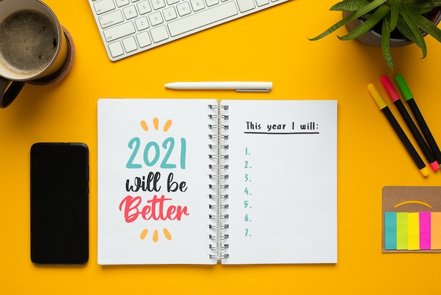 Taccuino del nuovo anno 2021 con elenco di obiettivi e frase motivazionale