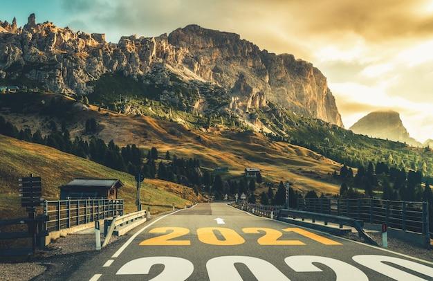 2021 viaggio di nuovo anno viaggio e concetto di visione futura. paesaggio naturale con autostrada che porta alla celebrazione del felice anno nuovo all'inizio del 2021 per un inizio fresco e di successo.