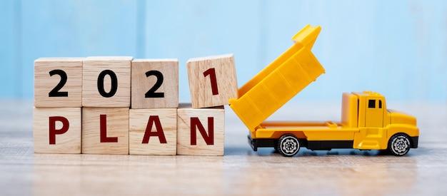 2021 pianifica blocchi cubici con camion in miniatura