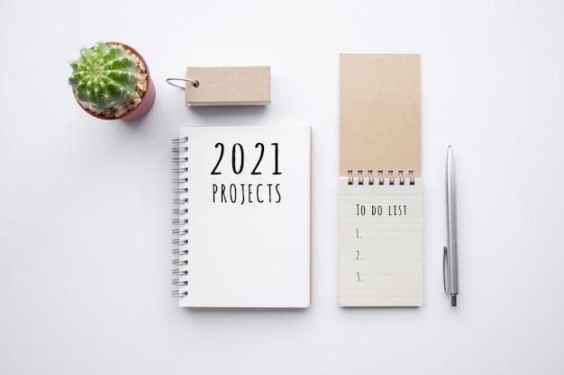 Progetti 2021 o concetti di piano con testo su blocco note e accessori per ufficio