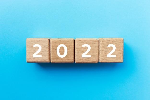 2021 testo su cubi di legno su sfondo blu. inizio del nuovo anno. copia spazio. concetto di affari.