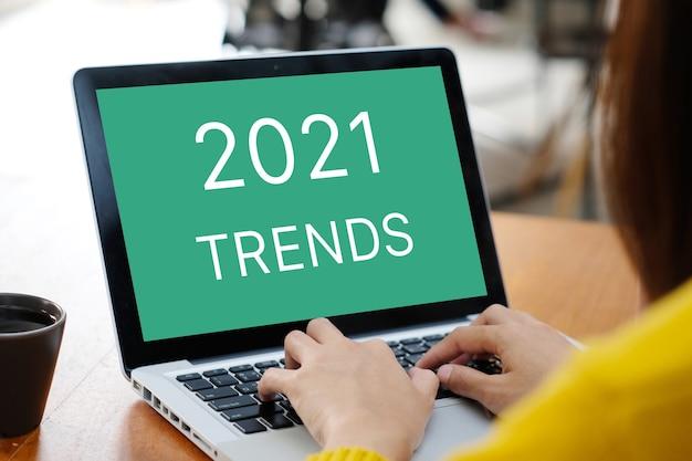 Tendenze 2021 sullo sfondo dello schermo del computer portatile